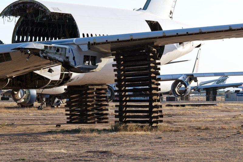 Boeing 777 ohne Fahrwerk, aufgebockt auf einfachen Holzpaletten